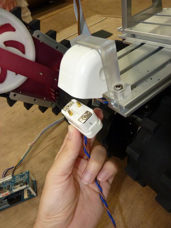 プラグイン充電によって作業員がロボットに接触する時間を短縮