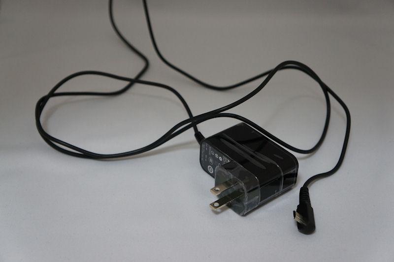 付属の電源アダプタ。USBケーブル着脱型ではなく一体型になっている