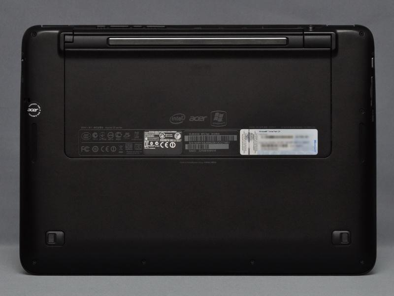 底面部分。バッテリは内蔵式で交換不可能。内部へアクセスできるフタなどもない