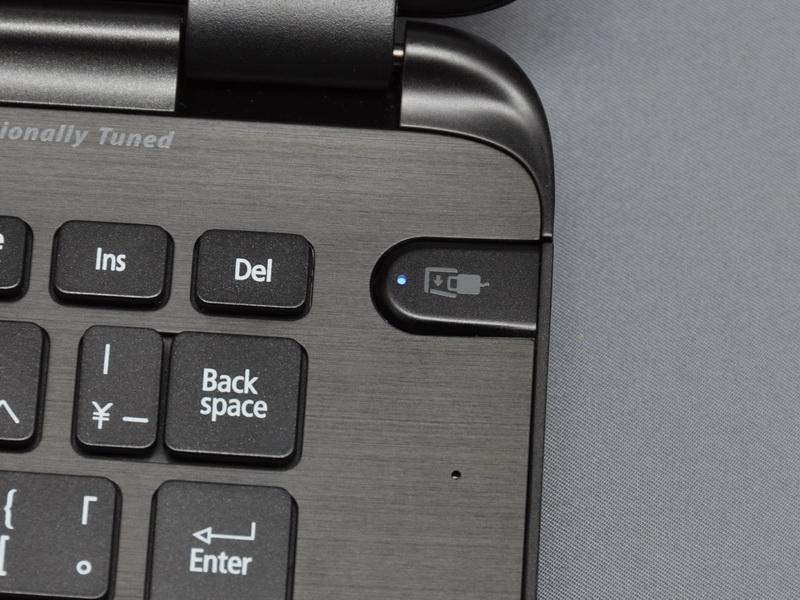 MagicFlipの開閉は、キーボード左後方のボタンで行なう。また、CPUの温度が高まると自動で開き、液晶を閉じると自動で閉まる