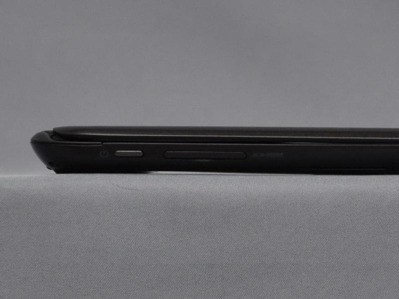 右側面には、電源ボタンとSDカードスロットを配置。電源ボタンはやや押しづらい
