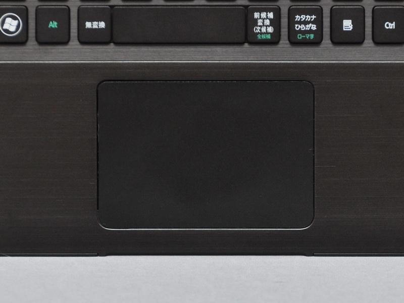 クリックボタン一体型のタッチパッドを搭載。面積が広くジェスチャー操作にも対応しており、比較的扱いやすい