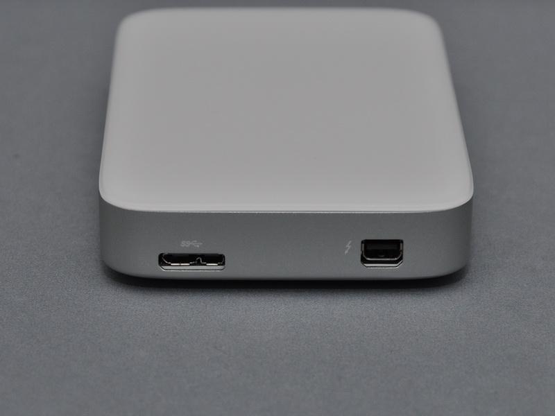 ThunderboltポートとUSB 3.0ポートが並んで用意されている