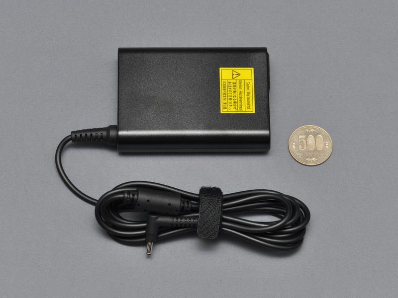 付属のACアダプタ。小さくはないが薄型で携帯性に優れる