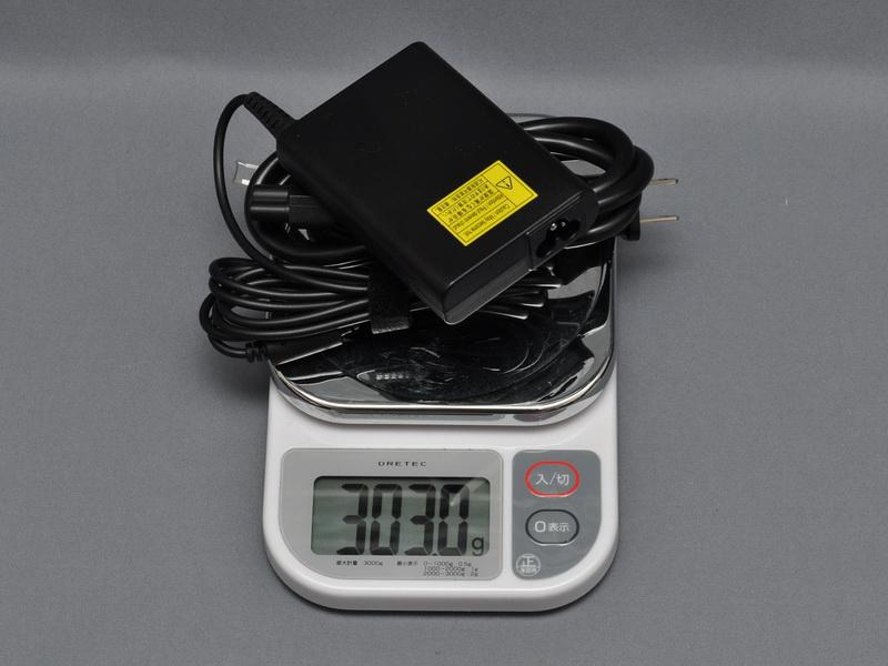 デスクトップPC用かのような太く重い電源ケーブルが付属しており、重量は実測で303gと重くなっている