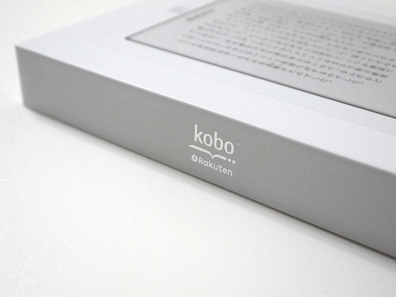 koboと楽天のロゴはパッケージのほか、製品本体上部にも印字されている