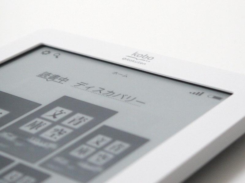 ベゼル部とパネルの間にはかなりの段差がある。タッチ対応のE Ink端末には共通する特徴