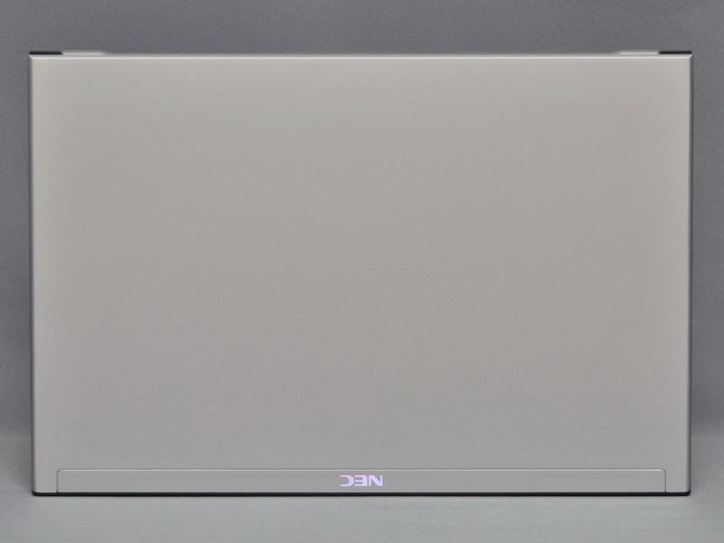 天板部分は、前回の試作機からほとんど変わっていない。液晶部分の端を持って持ち上げると、ややたわみが大きい