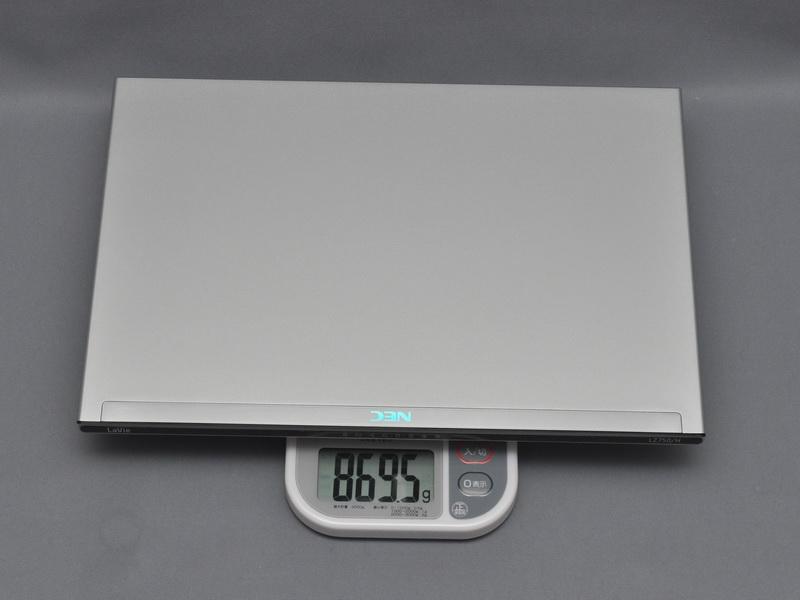 裏面の堅牢性を高め、各種シールが貼られたことで、前回の試作機より6gほど重く869.5gとなった。出荷版ではまだ若干重くなると思われる