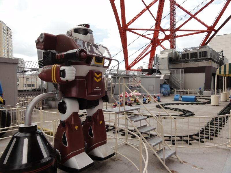 タワー下部の「フットタウン」屋上遊園地にはこんな「ロボット」も