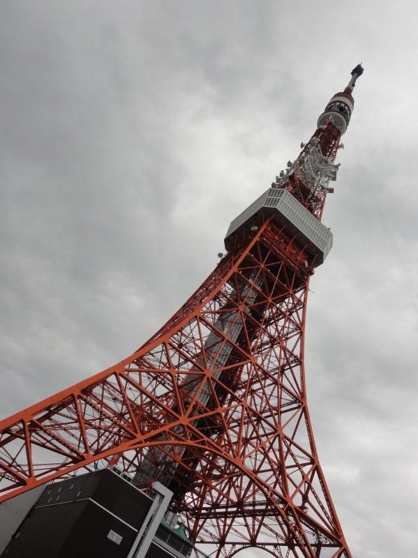 根強い人気を誇る東京タワー。先端部は現在修理中