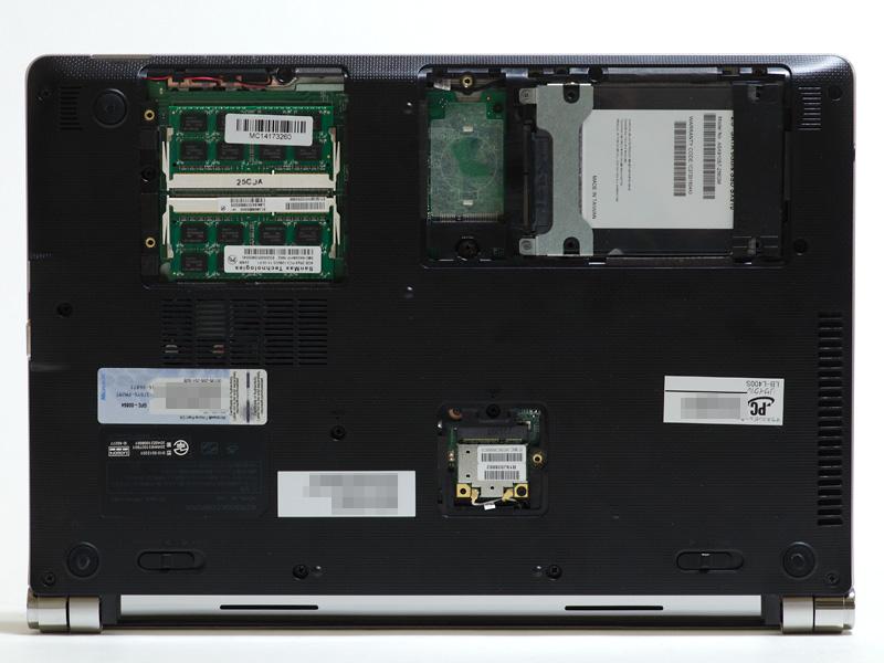 底面。Ultrabookとしては珍しくストレージやメモリへ簡単にアクセスできる