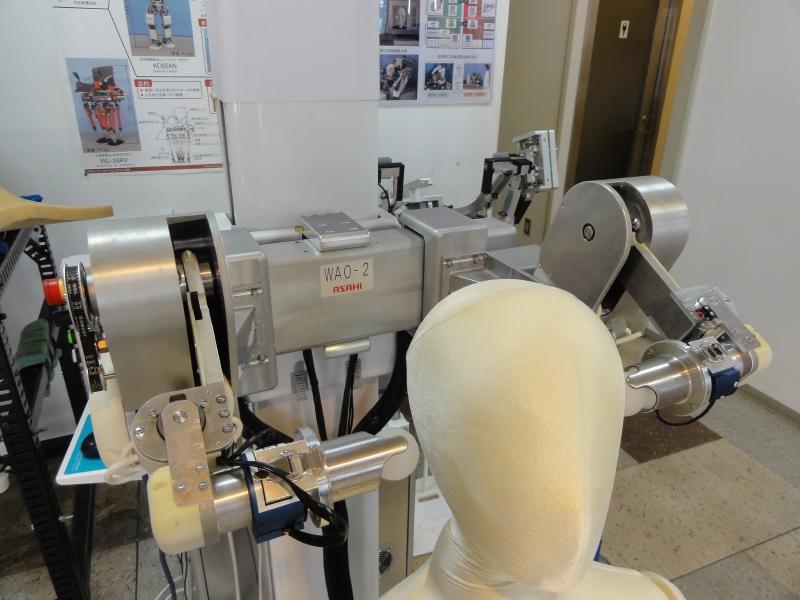 顎にマッサージを行なうロボット