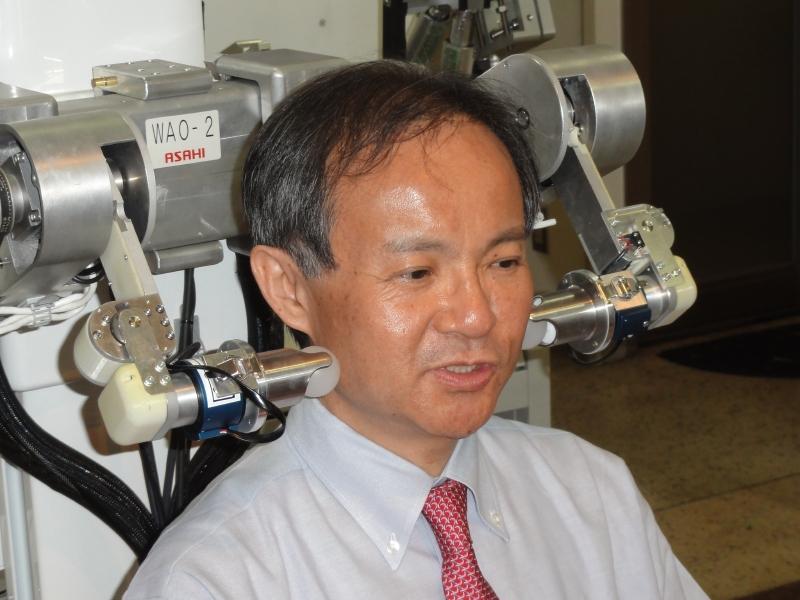 「WAO-2」によるマッサージを受ける高西淳夫教授