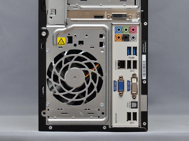 マザーボードの背面ポートは、ミニD-Sub15ピン、DVI-D出力、USB 3.0×2ポート、USB 2.0×4ポート、Gigabit Ethernet、音声入出力端子、光音声出力端子を用意。ちなみに、GeForce GT 630カードを搭載すると、マザーボードの映像出力はフタで隠される