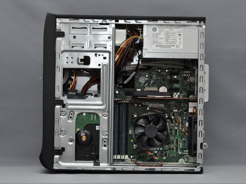 右側面パネルを開けた様子。電源ユニットは300WのATX仕様電源で、上部に搭載する