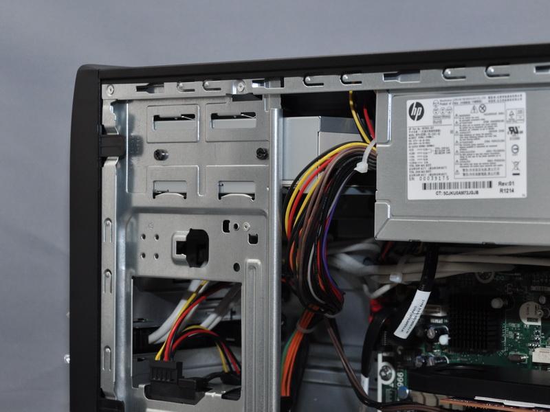 拡張ベイは、上部に5インチベイを1個備えるが、標準で光学式ドライブを搭載