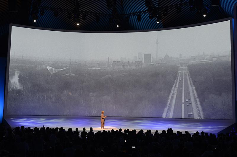 映画「ベルリン・天使の詩」のヴィム・ヴェンダース監督がGALAXY Note 10.1を手に登壇。「Recreate Berlin」を紹介した。