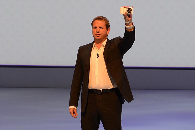 GALAXY Cameraを紹介するSamsung BrandヨーロッパのStephen Taylor副社長
