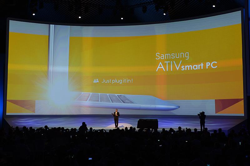 ATIV SmartPCは分離式のキーボードを採用するWindows 8搭載のPC。パネル部分だけでタブレットとして操作ができる
