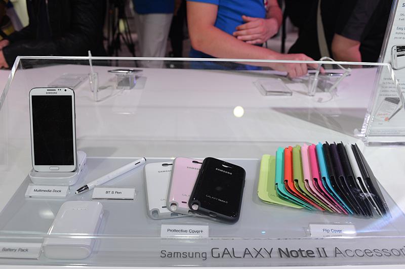 GALAXY Note IIのアクセサリ。フリップカバーやプロテクトカバー、ドックなど。講演ではほかに、車載用のドックやBTヘッドセットなども紹介されていた