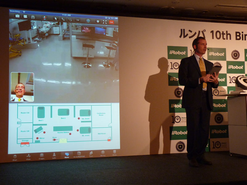 iPadで米国にあるRP-VITAを操作するアングル氏。左の画像が氏が見ているiPad上の画像