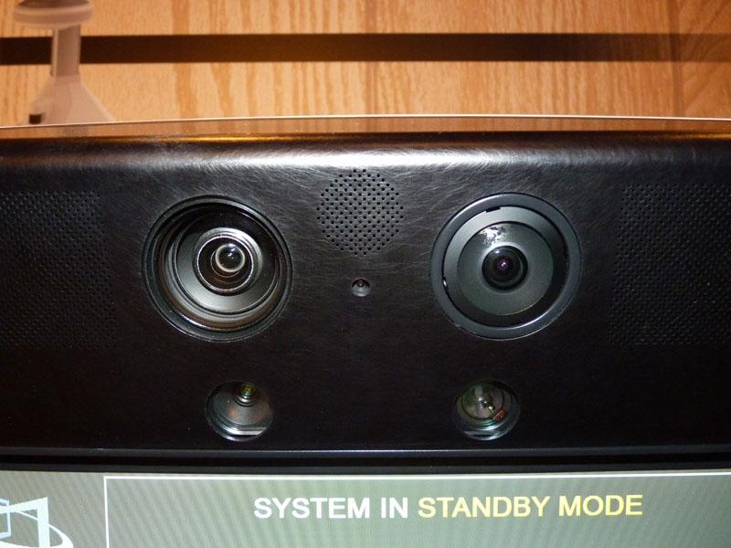 トップ部分。ズーム用カメラと広角用カメラが並ぶ。間の穴はレーザーポインタ