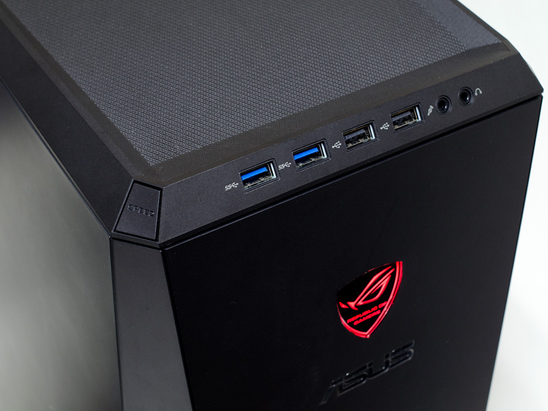 上部。USB 3.0×2、USB 2.0×2、音声入出力。ロゴが赤く点灯するのはオーバークロック時