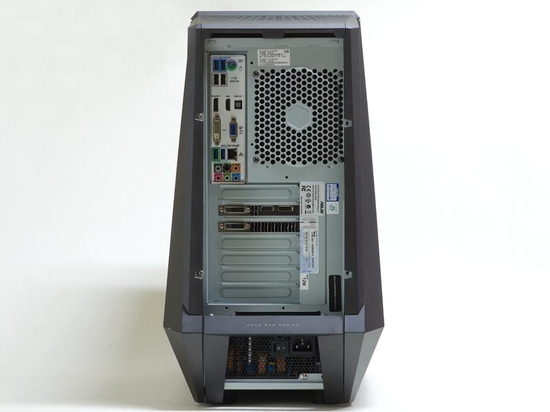 背面。下に電源ユニット、GPUは2レーン占有、上側に各種コネクタ