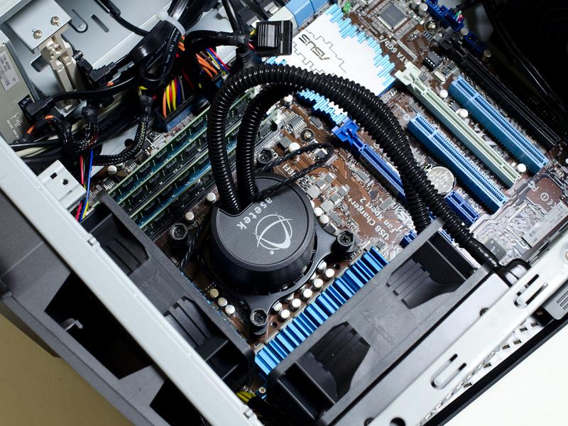 内部(CPU周辺)。CPUクーラーがなかなかカッコイイ。メモリは4スロットあり4GB×4で空きは0