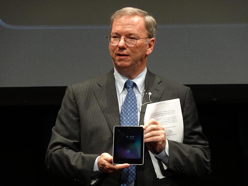 講演の最後にポケットから取り出してNexus 7を披露