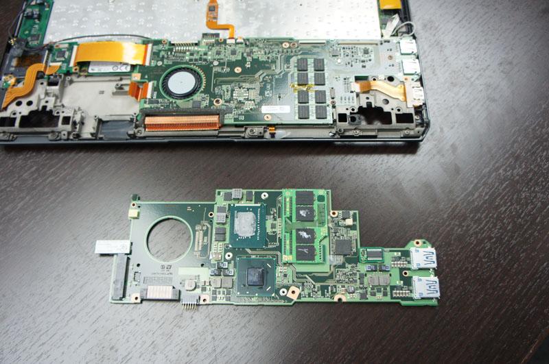 メインボード。手前に置かれているのが上面側、奥側のフレームに設定されているのが下面側。コネクタ類はサブ基板になっており、フレキケーブルで接続されている