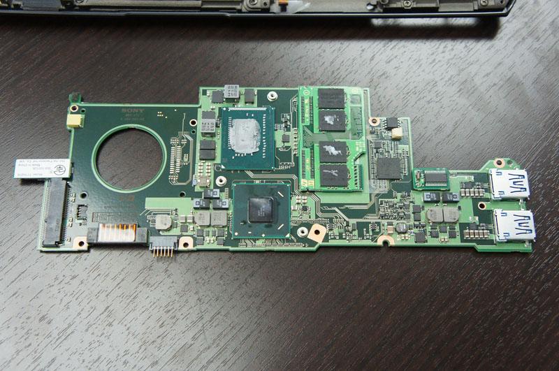 VAIO Duo 11のシステムボード、左に見える大きな穴はファンを回すための穴。中央に見える小亀基板がメモリの2枚目のチャネル用専用モジュール