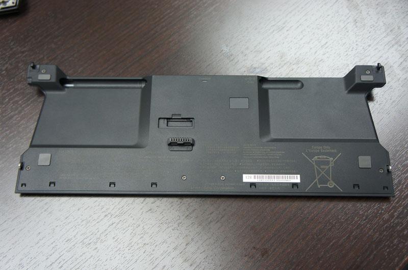 オプションで用意されるシートバッテリ。左側の溝には付属のデジタイザーペンを格納でき、右側の溝には、本体のACアダプタをさして、シートバッテリだけを充電することができる
