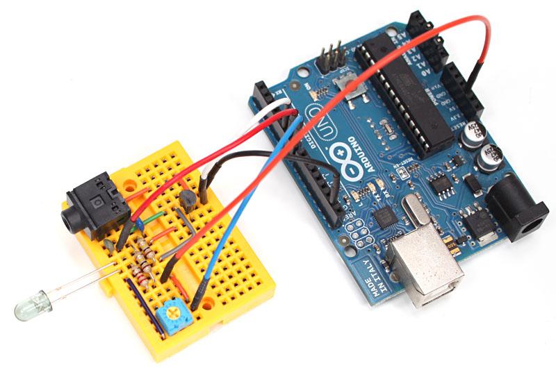 まずブレッドボード上に組んでみました。赤外線LEDは対象の機器に向けたほうがいいので、横向きに取り付けてあります