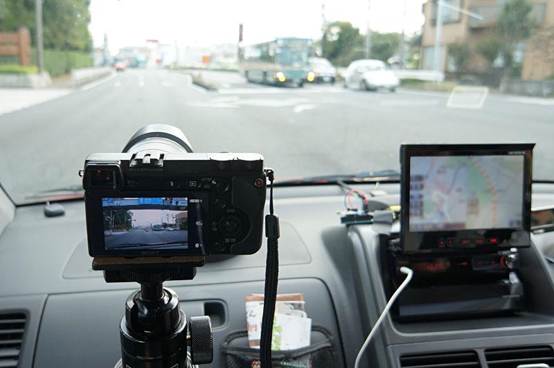 車に搭載して、走行しながらの撮影テスト。ダッシュボードの上に置いたリモコンから助手席のカメラをコントロールしています。1時間以上この状態で使用して、不発は一度もなかったようです。安定しています