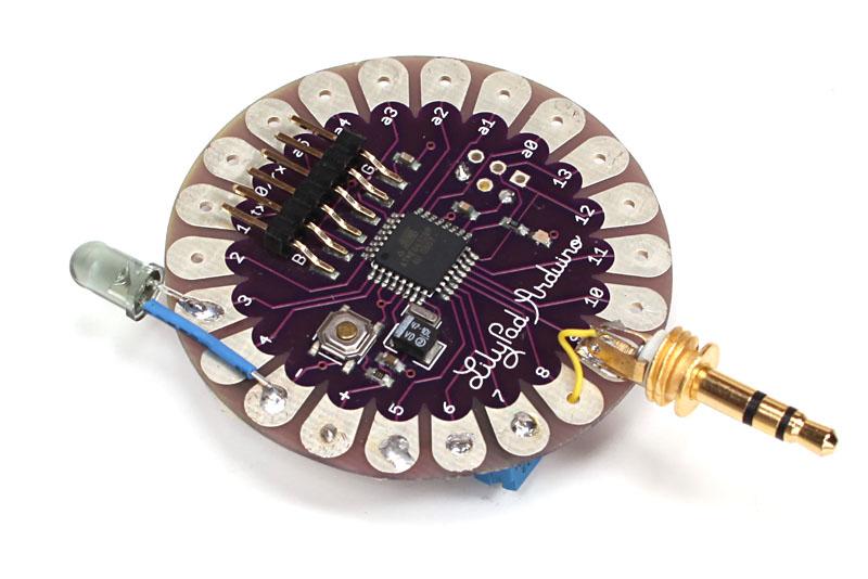 最後に我々が現在開発中の不思議デバイスを紹介します。LilyPad Arduinoをベースに、今回紹介したものと同じ回路を構築しました