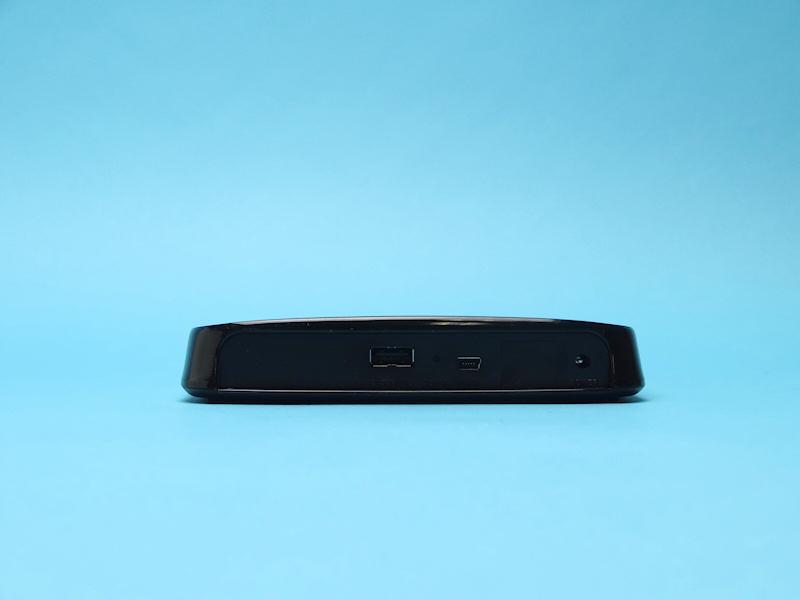 背面にUSB、Mini USB、電源端子。PCとはMini USBで接続。USBはUSBストレージ接続専用