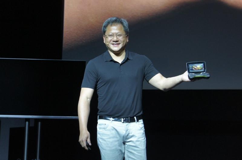 NVIDIAのSHIELDを手に持つNVIDIAのジェン・セン・フアンCEO