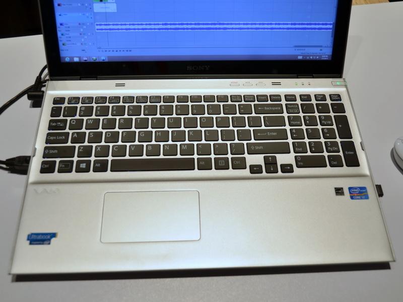 15型液晶搭載のためフットプリントが大きく、キーボードにはテンキーが用意されている