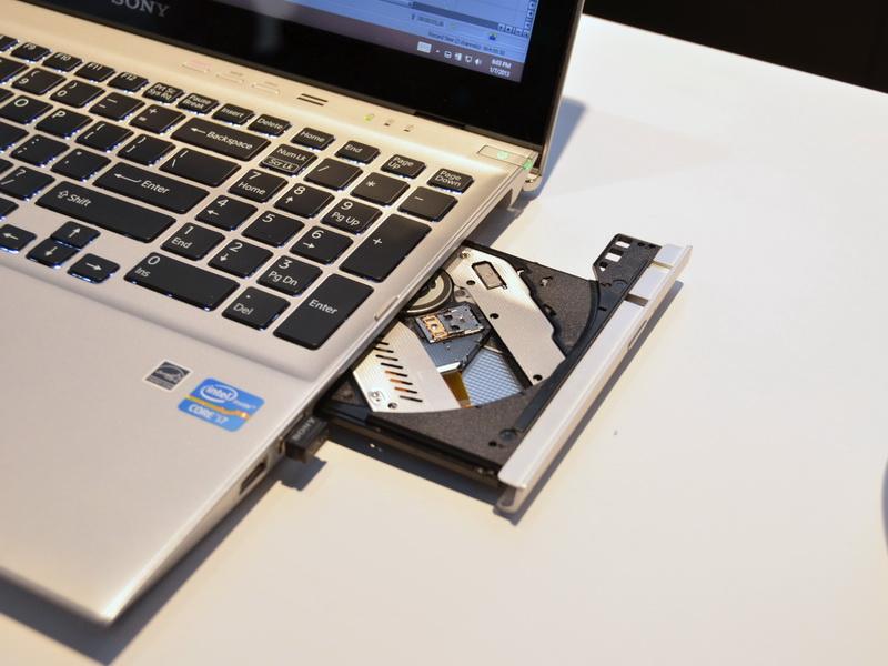 光学式ドライブはDVDスーパーマルチドライブまたはBDドライブを搭載可能
