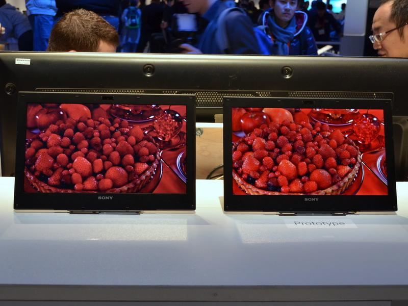 左が従来の液晶ディスプレイ、右がTRILUMINOS Display for Mobile。赤の鮮やかさが大きく異なっていることが分かる