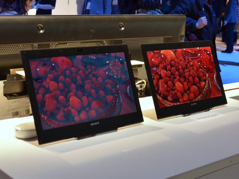 TRILUMINOS Display for MobileはIPS液晶採用のため視野角が広く、このように斜めから見ても鮮やかな発色が確認できる
