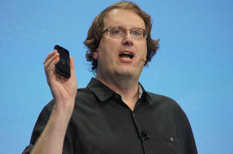 Intel副社長兼モバイルコミュニケーション事業本部 本部長 マイク・ベル氏。手に持つのはAtom Z2420搭載スマートフォン
