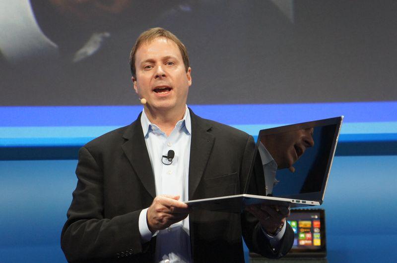 NECのLaVie Xを15型搭載Ultrabookとして紹介し、従来の15型搭載ノートPCと比較して見せた