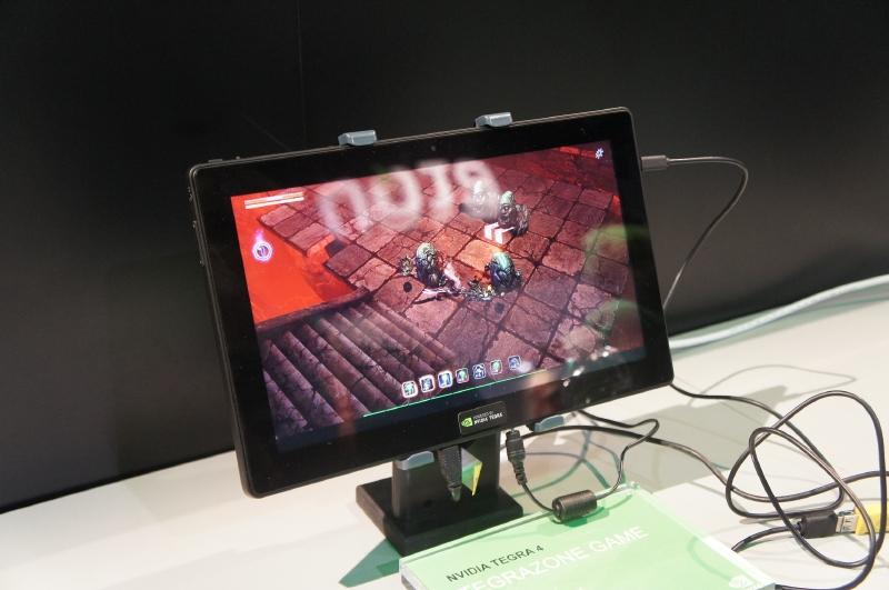 Tegra 4を搭載したタブレット(リファレンスデザイン)でAndroidの3Dゲームをプレイしているところ
