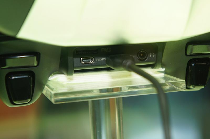 背面のポート。microSDカード、HDMI、MicroUSB、オーディオジャックなどが見て取れる
