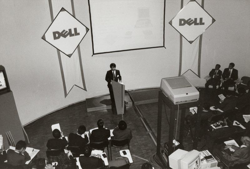 1993年1月21日に行なわれた記者会見の様子。記者が会場外にも溢れ出す状況だった