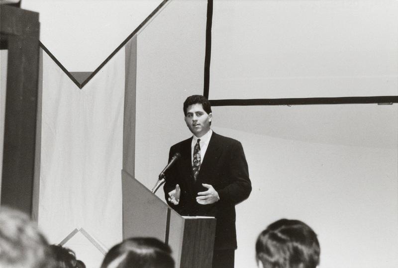会見には米デルのマイケル・デルCEOも来場。当時は27歳だった