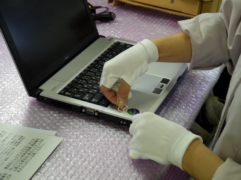 NEC Refreshed PCのロゴシールなどを貼付